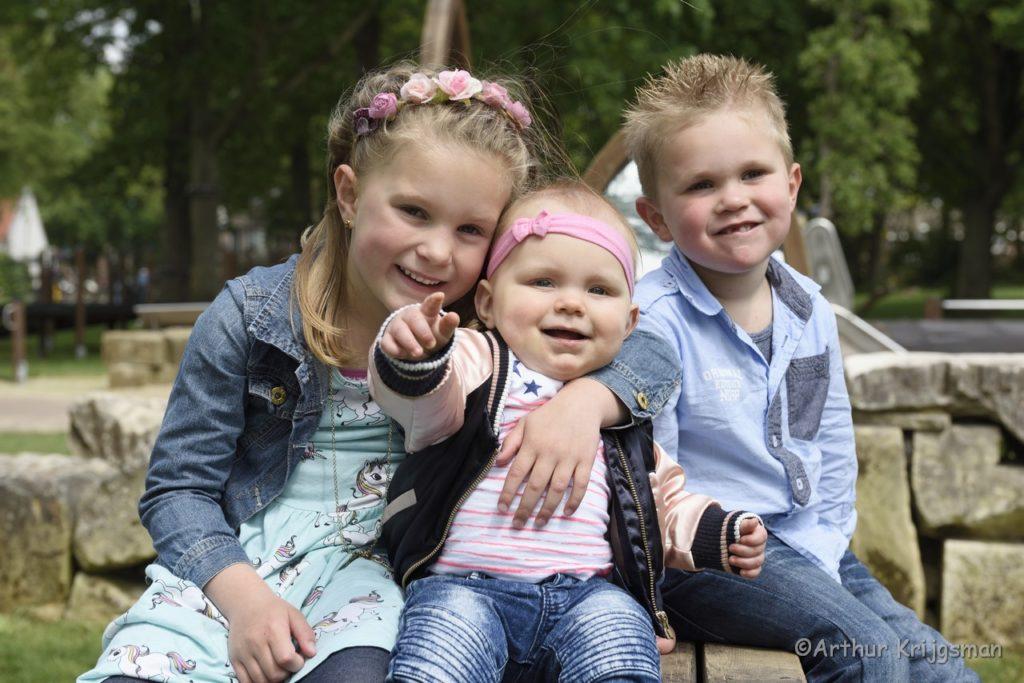 Drie kinderen in een speeltuin. Foto gemaakt door fotograaf Arthur Krijgsman van Artstel Fotografie.