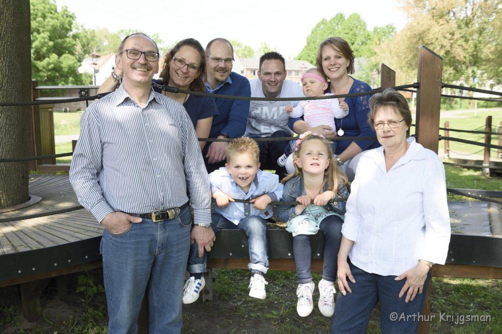 Familieportret in IJsselstein. Foto gemaakt door fotograaf Arthur Krijgsman van Artstel Fotografie.